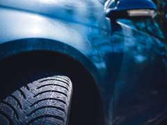 車のエンブレムを掃除する方法