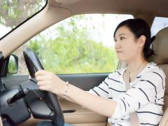 車のヘッドレストの役割と正しい位置とは