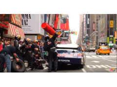 ニューヨークのタイムズスクエアでいきなりピットストップ!?