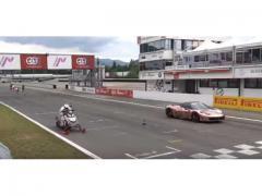 スノーモービルがフェラーリとドラッグレースしたら!?