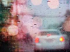 車のフロントガラスが雨で見にくい(見えない)場合の原因と対策