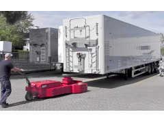 巨大なトレーラーをひとりで動かせる! オランダ生まれの電動ムーバー